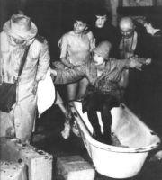 Scena spektaklu Kurka Wodna opuszcza swoją wannę Scena zbiorowa fot. Edward Węglowski