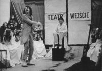 Scena spektaklu Z teatru do Szatni przybył Człowiek o dwóch dodatkowych nogach: Zbigniew Bednarczyk Szatniarz: Lesław Janicki fot. Archiwum Cricoteki