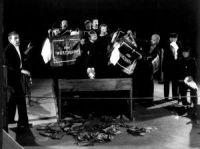 Scena spektaklu Zbyt długie Zaduszki Scena zbiorowa fot. J. Dalman