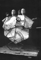 Wózek na śmieci W małym dworku, 1961, rekonstrukcja, początek lat 80., w zbiorach Cricoteki