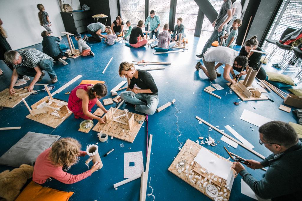 Warsztaty z konstrukcji drewnianych, sala pełna rodzin fot. Studio FILMLOVE