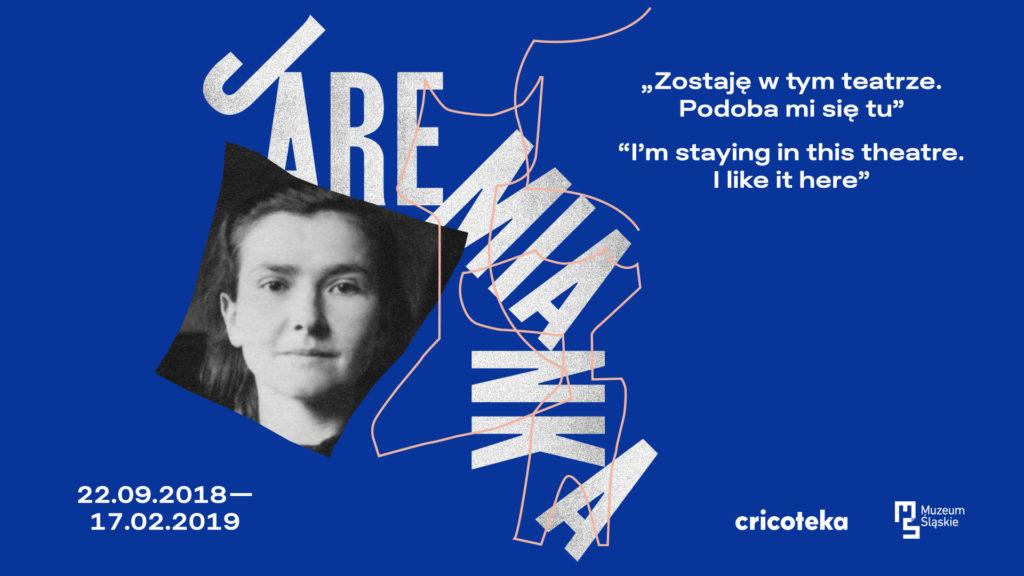 """Baner wystawy Marii Jaremy: na granatowym tle czarno-białe zdjęcie Marii Jaremy, obok napis """"Jaremianka"""" i podtytuł wystawy """"Zostaję w tym teatrze. Podoba mi się tu"""" po polsku i angielsku"""