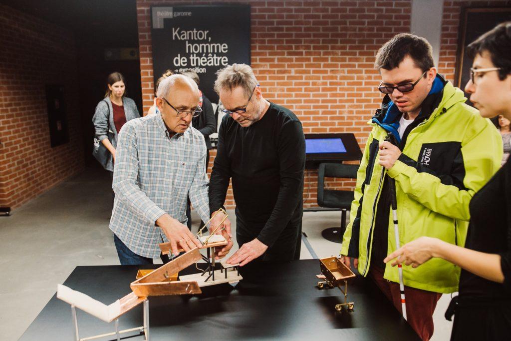 Na zdjęciu: osoby dotykają replik obiektów-replik miniatur obiektów ze spektakli Tadeusza Kantora.