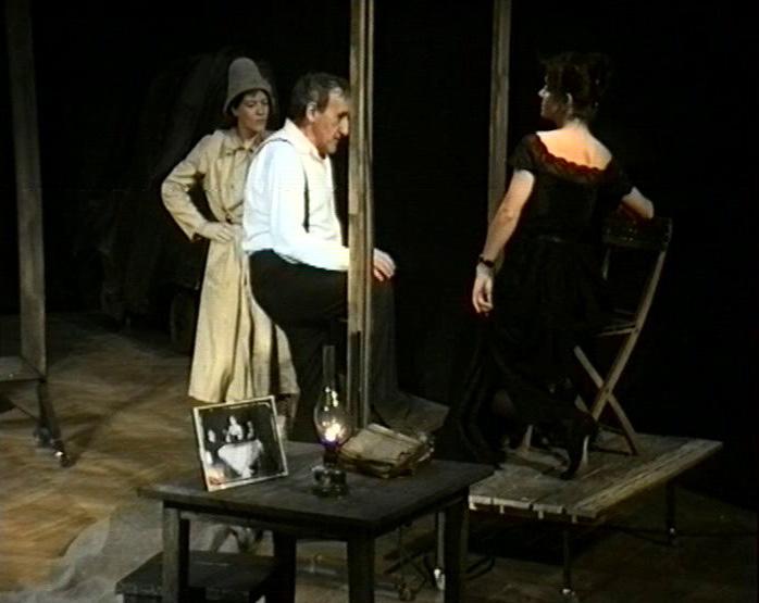 [Tadeusz Kantor pośród scenografii, dwie aktorki patrzą na niego]