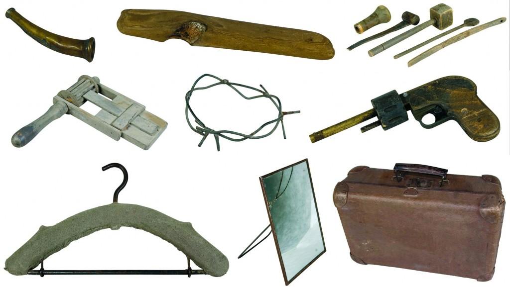 Przedmioty ze spektakli Kantora: walizka, wieszak, lustro, drut kolczasy, drewniany pistolet, kołatka i narzędzia