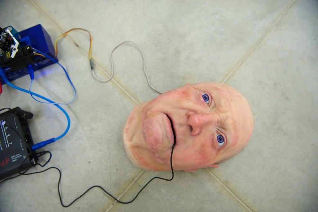 Maska ludzkiej twarzy z podpiętymi kablami