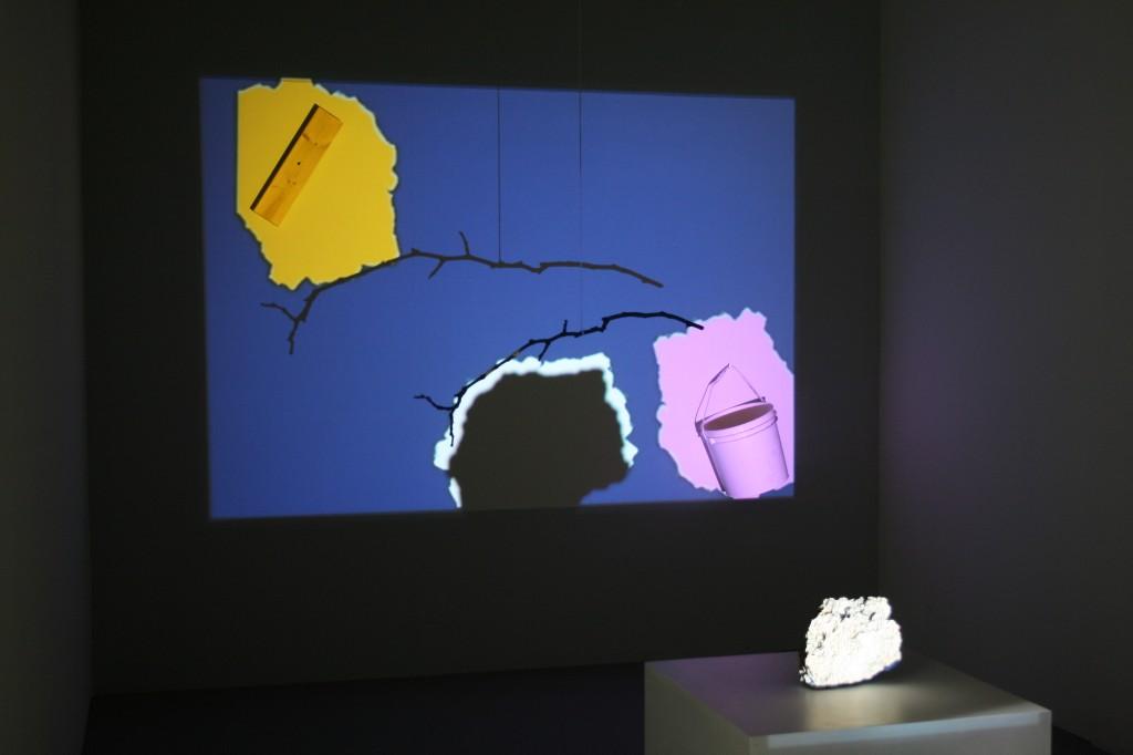 Zdjęcie wyświetlonego na ścianie obrazu z wystawy