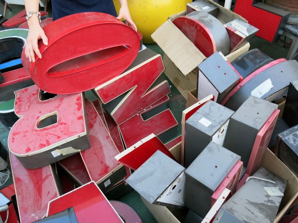 Zdjęcie grupy losowych, trójwymiarowych liter