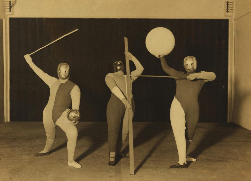 Scena Bauhausu: Taniec form (tancerze: Oskar Schlemmer, Werner Siedhoff, Walter Kaminsky), 1927 fot. Erich Consemüller © dr. Stephan Consemüller wł. Bauhaus-Archiv Berlin