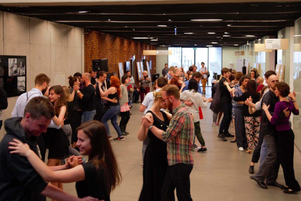 Hol Cricoteki; kilkanaście par tańczy tango