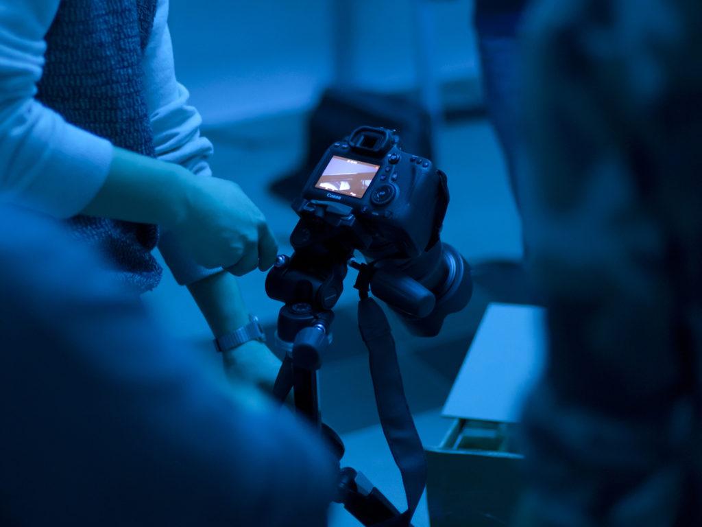 Ręce operujące aparatem fotograficznym