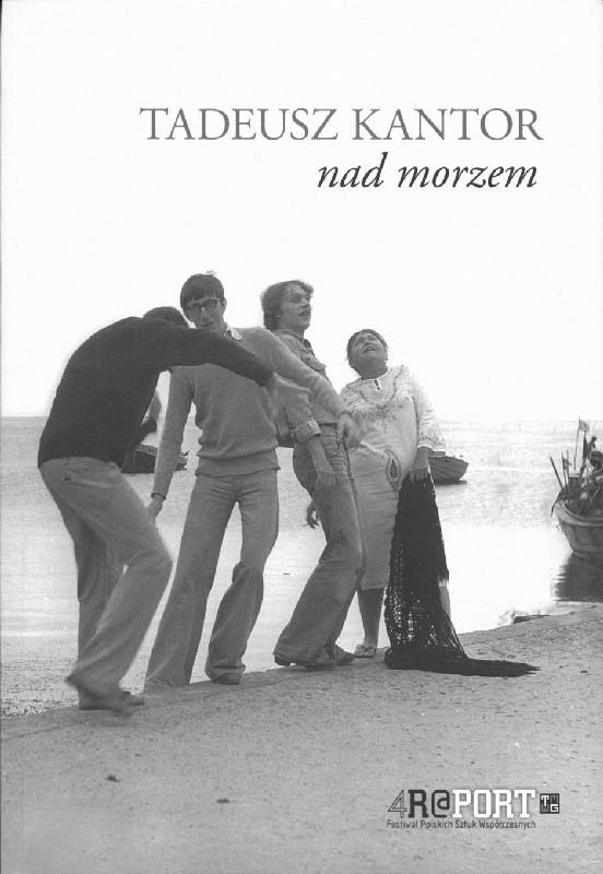 Czarno-biała okładka ze zdjęciem czterech postaci nad brzegiem morza