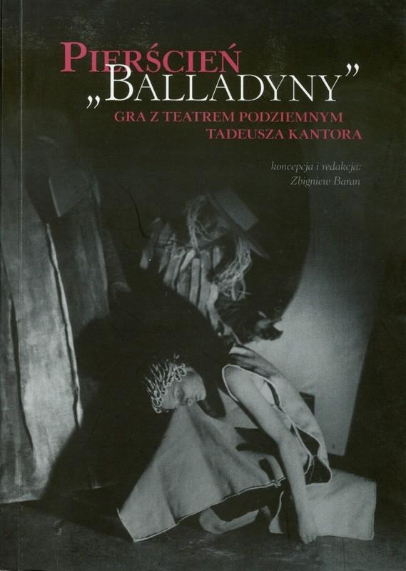 Czarno-biała okładka ze zdjęciem aktorki opierającej głowę na kolanie