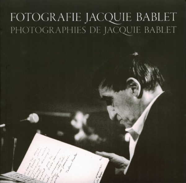 Zdjęcie Tadeusza Kantora patrzącego do zeszytu z notatkami