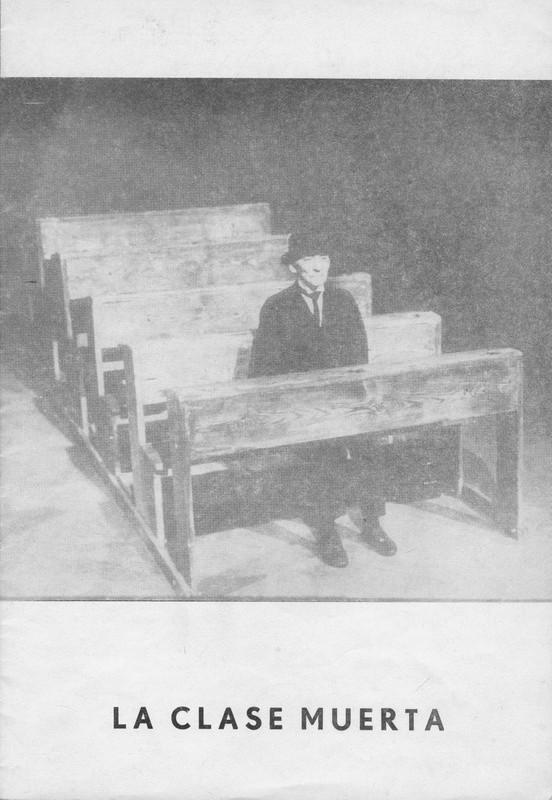 Okładka z ławkami i manekinem z Umarłej Klasy