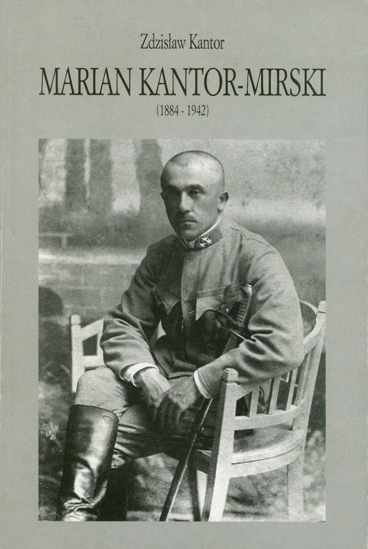 Okładka ze zdjęciem łysego mężczyzny w wojskowym mundurze