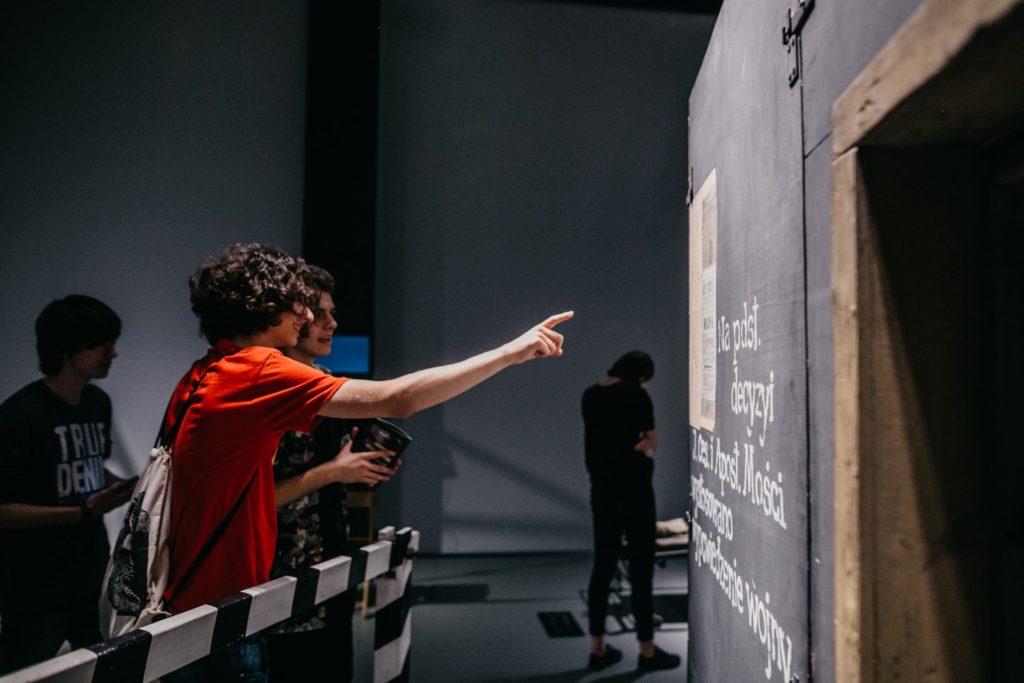 Na zdjęciu młodzież pokazująca eksponat na wystawie. Fot. Studio FILMLOVE