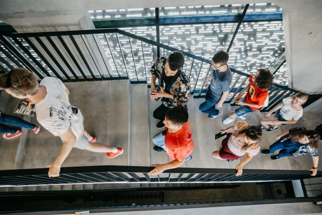Na zdjęciu grupa młodzieży wchodzi po schodach. Fot. Studio FILMLOVE