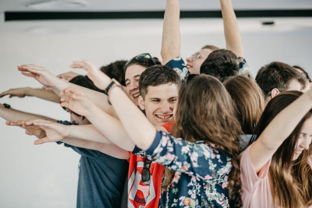 Na zdjęciu grupa młodzieży tworzy wspólnie żywą rzeźbę. Fot. Studio FILMLOVE