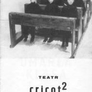 Zdjęcie szkolnych ławek i manekinów ze spektaklu Umarła Klasa