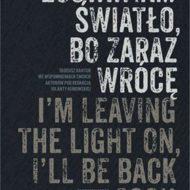 okładka z polskim i angielskim napisem Zostawiam światło, bo zaraz wrócę