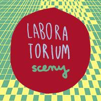 Logo projektu Laboratorium sceny: na kolorowym tle czerwony okrąg z napisem Laboratorium sceny