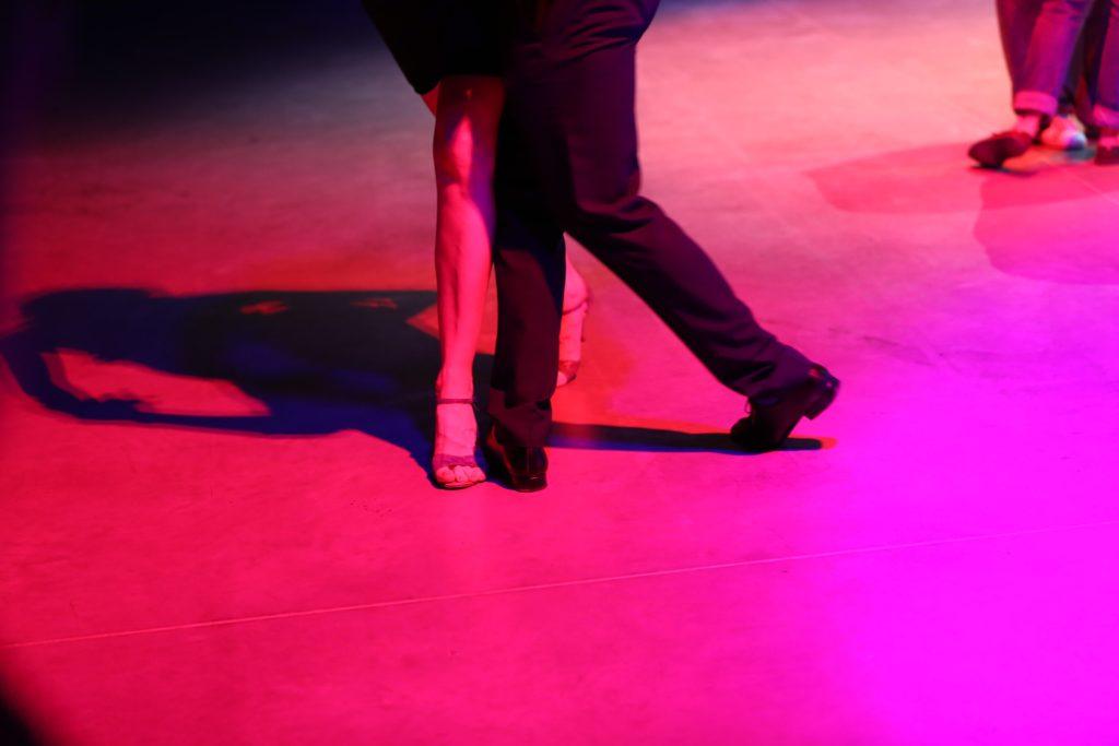 Nogi dwóch osób tańczących tango