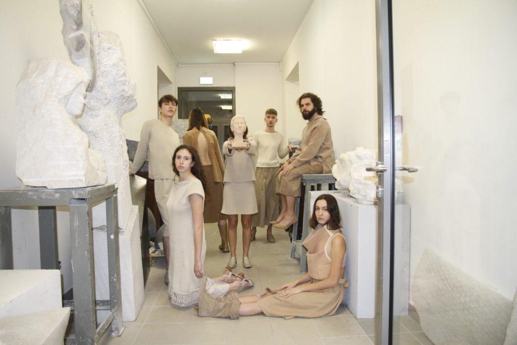 Na zdjęciu widać grupę ubranych na jasno studentów.