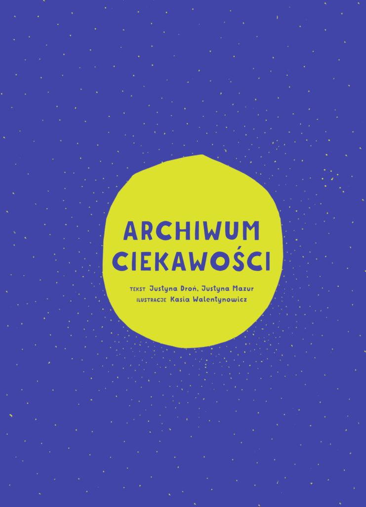 Granatowa okładka książki Archiwum ciekawości (napis w żółtym kole na środku)