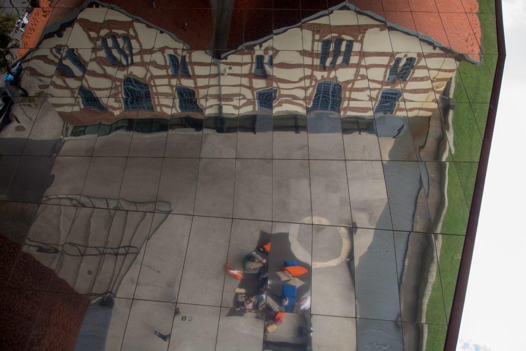 Na zdjęciu: odbicie budynku Cricoteki w lustrze