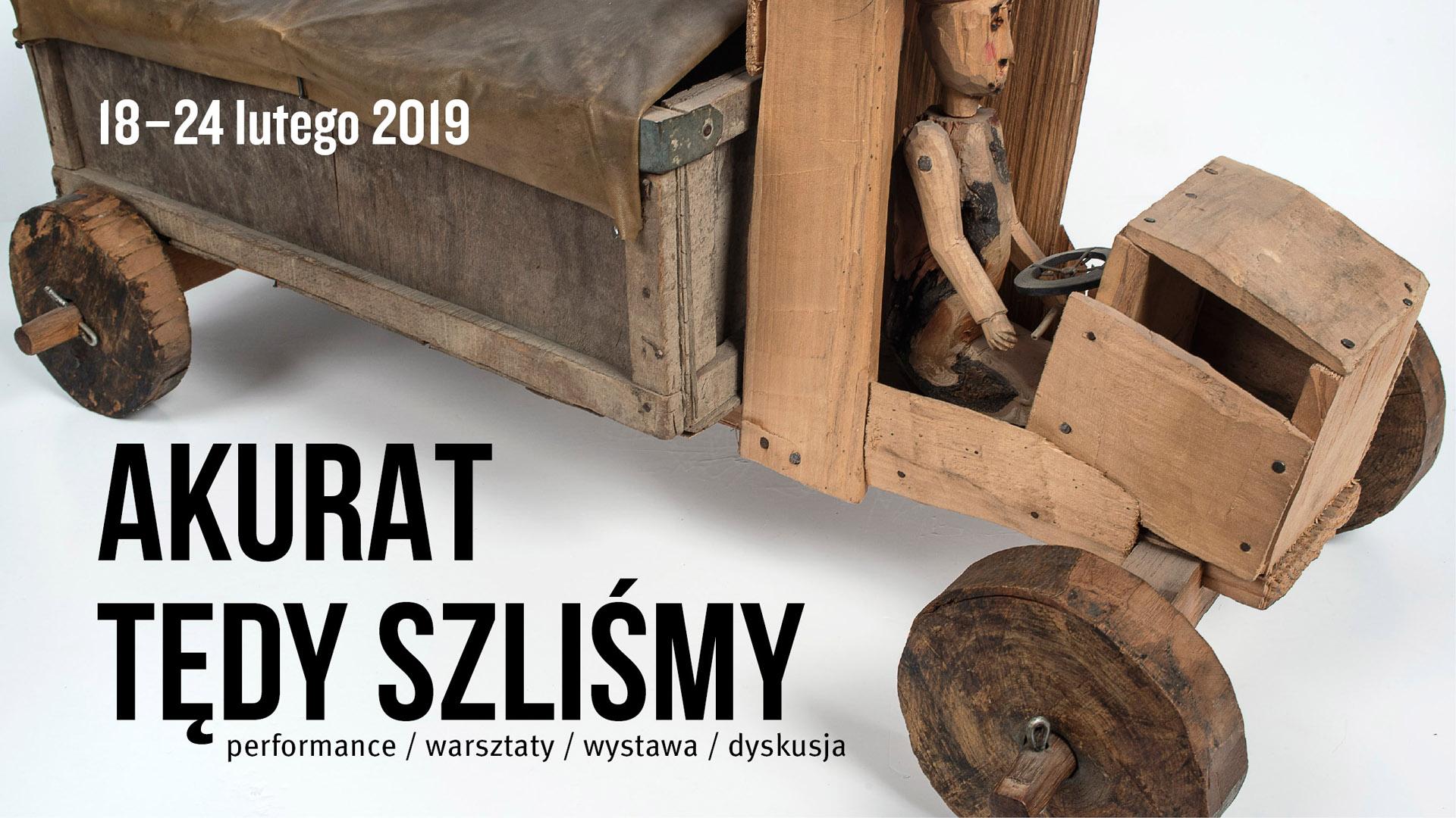 Grafika, na której widać zdjęcie drewnianego samochodu (truposznicy) z typografią: akurat tędy szliśmy