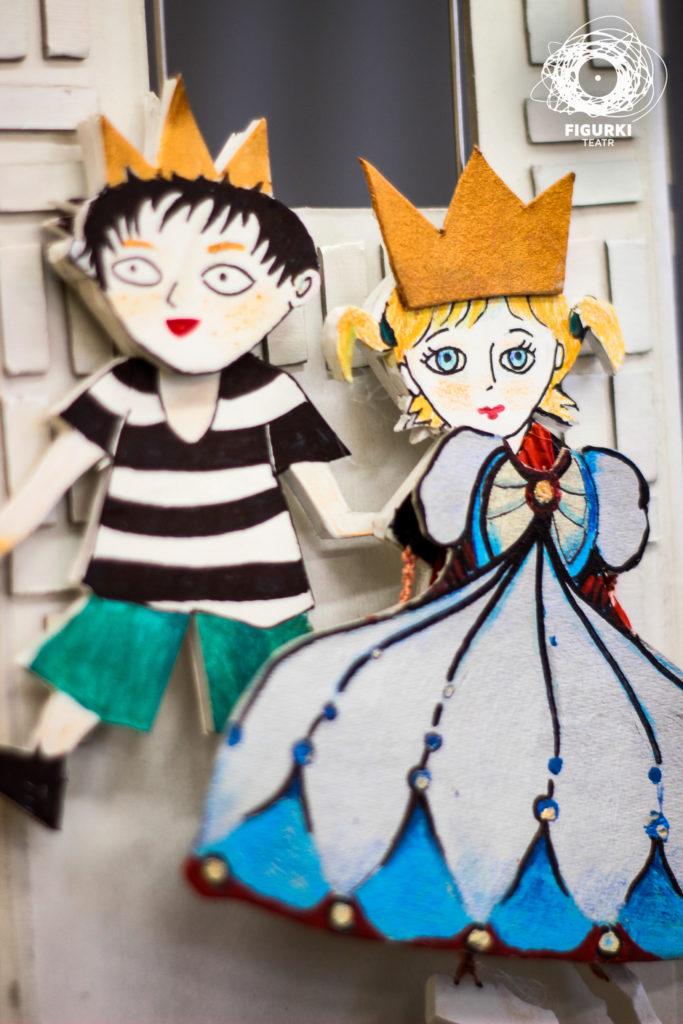 Na zdjęciu: dwie wycięte z kartonu postacie: chłopiec i królewna