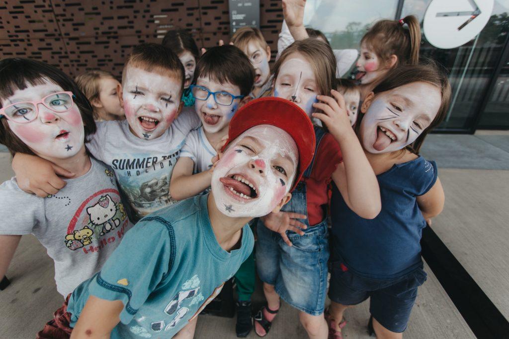 Na zdjęciu widać grupkę wymalowanych na twarzach dzieci