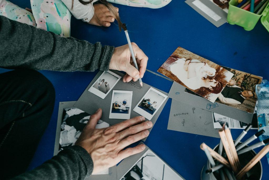 Na zdjęciu widać rozłożone na blacie fotografie.