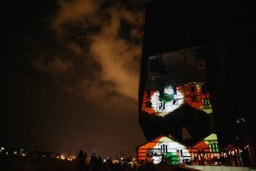 Na zdjęciu widać budynek Cricoteki w nocy z projekcją na budynku.