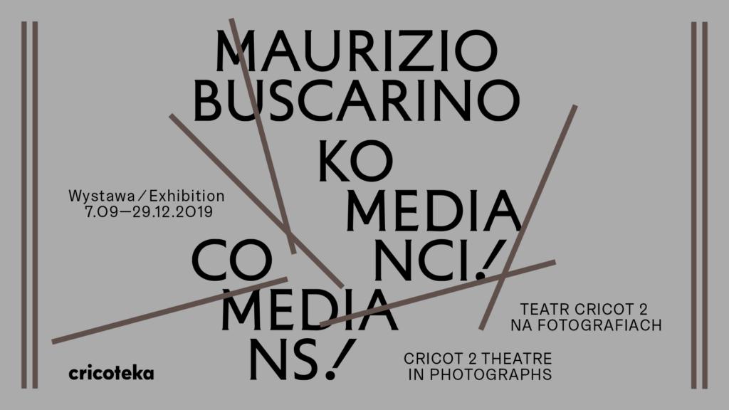 Szary baner z tytułem wystawy Maurizio Buscarino. Komedianci
