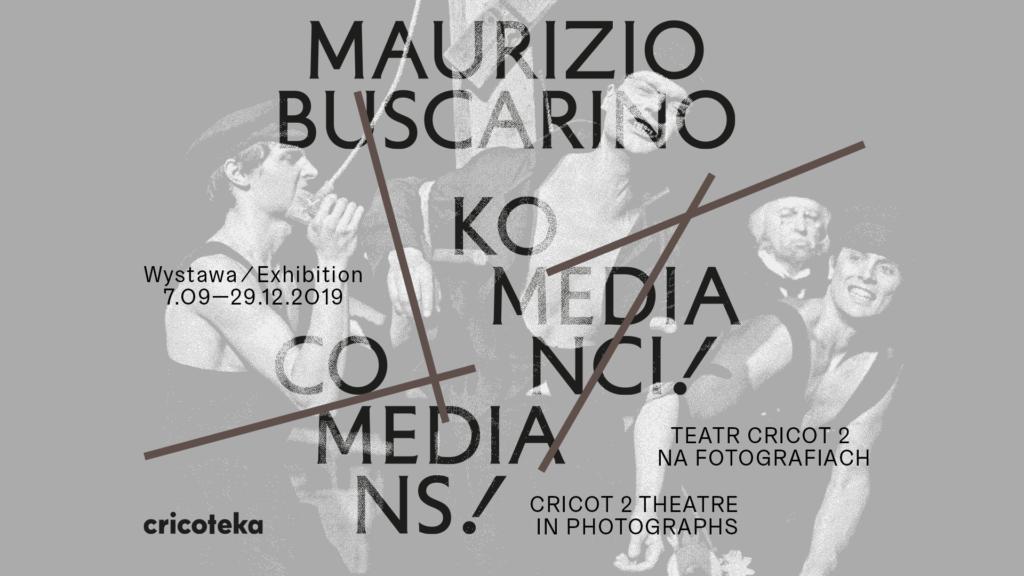 AD [Zdjęcie przedstawia grafikę do wystawy. Na szarym tle znajdują się czarne napisy Maurizio Buscarino, Komedianci i data wystawy.]