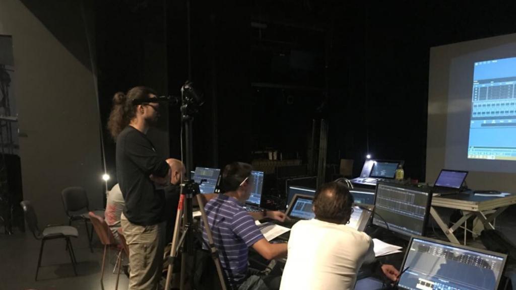 [Na zdjęciu widać uczestników warsztatów (mężczyzn) z technik programowania scenicznego.]