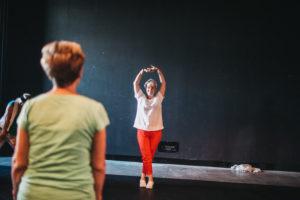 Uczestniczka warsztatów w baletowej pozie