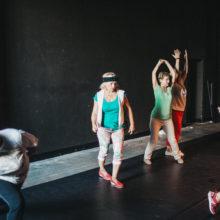 Uczestniczki warsztatów podczas rozciągania przed tańcem