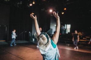 Kobieta wyciąga ręce w górę