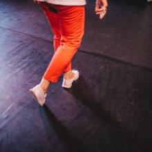 Nogi tańczącej osoby