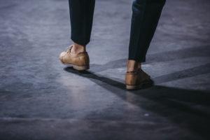 Stopy w brązowych trzewikach