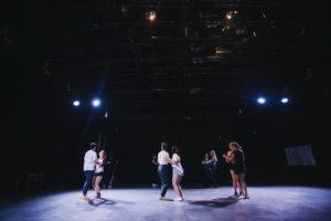 Uczestnicy warsztatów tańczą w parach