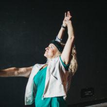 Dwie kobiety z wyciągniętymi rękami podczas tańca