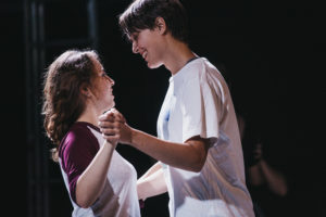 Uśmiechnięte uczestniczki warsztatów tańczą w parze