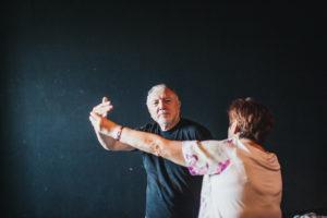 Starsi mężczyzna i kobieta tańczą