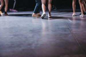 Nogi tańczących kobiet