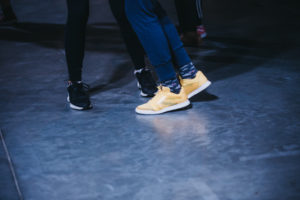 Nogi tańczących uczestniczek