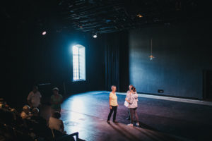 Sala teatralna Cricoteki. Grupa osób siedzi na widowni